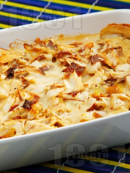 Печено филе от бяла риба с картофи и бял сос на фурна - снимка на рецептата